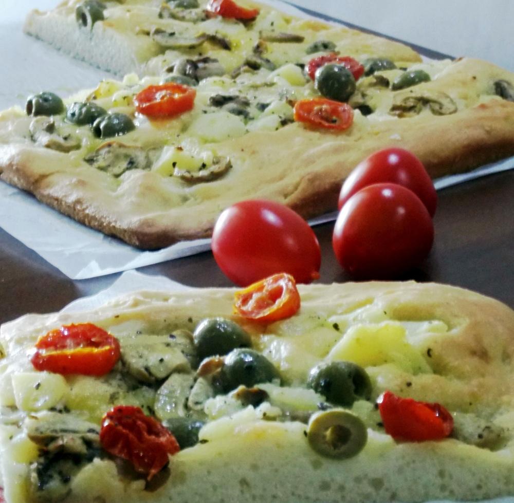 Focaccia Vegana con Patate,Pomodorini,Funghetti ed Olive