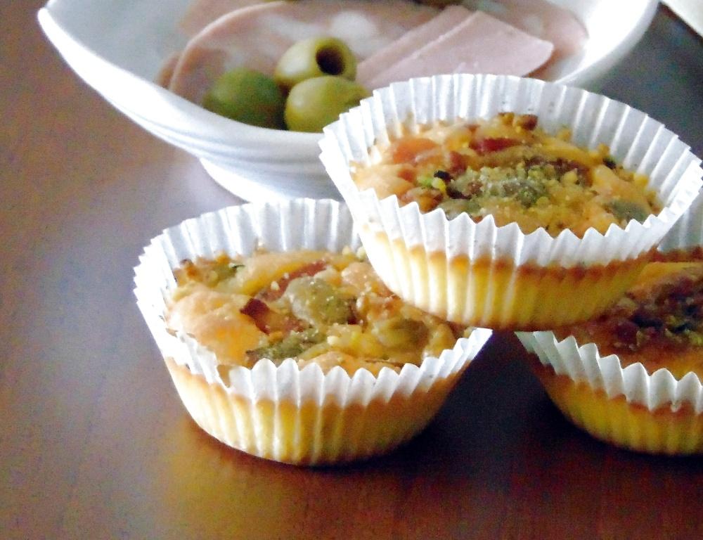 Muffin alle Olive con Mortadella e Granella di Pistacchi